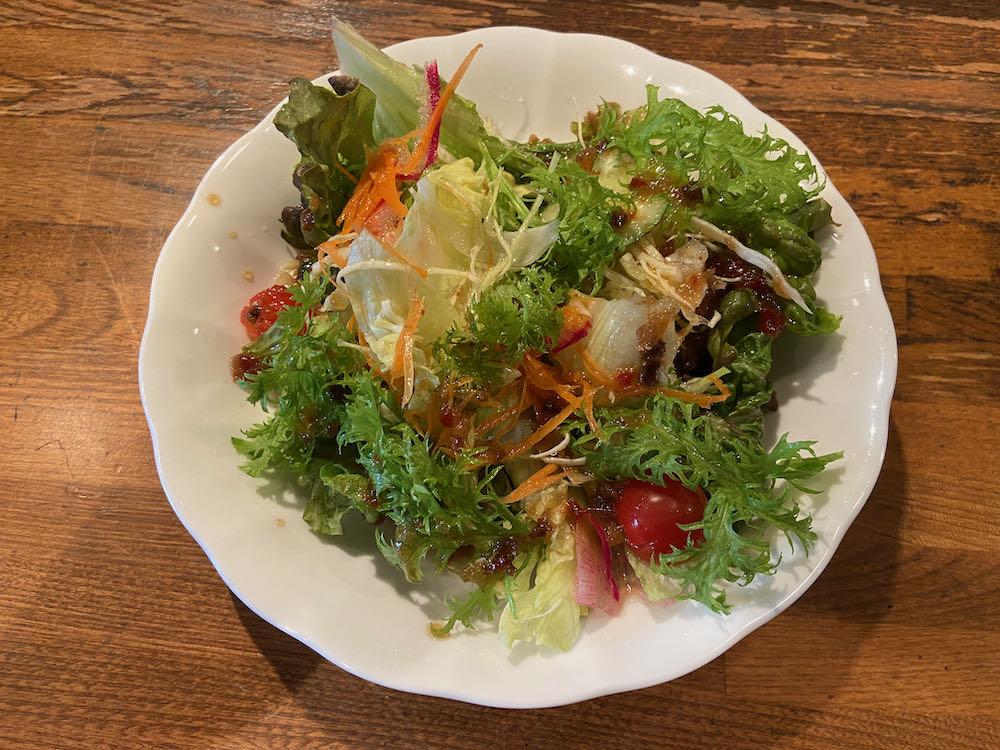 ベジファースト!! ぶどうの木のランチはたっぷりサラダがついてきます。